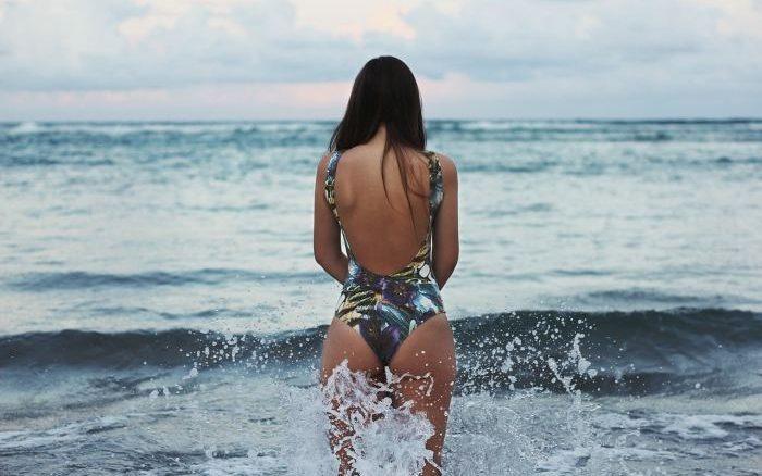 mujer baño playa